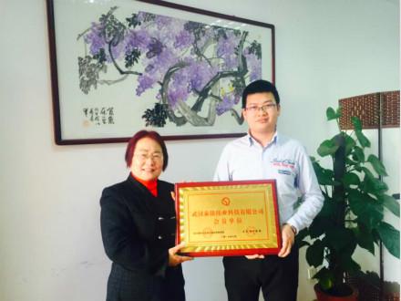 泰铭节电器总经理何太鸣接受企业与市场网总编辑王义明授牌